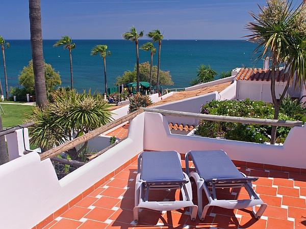 La terrasse supérieure est ensoleillée du lever du soleil à la fin de l'après midi. La terrasse inférieure, quant à elle, dispose d'un voile blanc, en faisant un confortable abri ombragé.