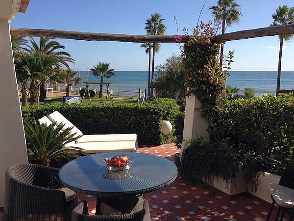 Cet appartement est en première rangée, face a la mer; l'un des emplacements les plus exclusifs de Costa Natura. Sa terrasse s'ouvre pleinement sur la Méditerranée.