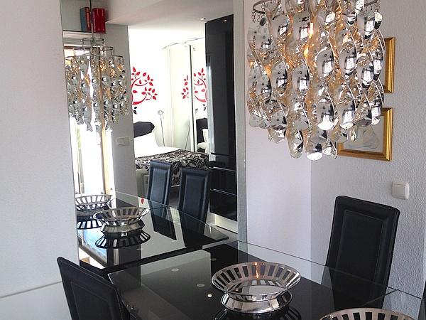 L'intérieur, moderne et stylé, est pourvu d'un mobilier haut de gamme, de belles finitions et de deux fauteuils inclinables en cuir, parfait pour se relaxer.