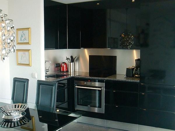 La cuisine est moderne et entièrement équipée, superbe table de travail en granite, lave-vaisselle, micro-ondes, four, etc...