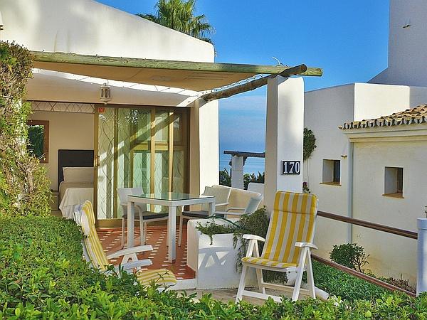 La terrasse de l'appartement 170, orientée Sud-Ouest, est ensoleillée, dès 10 à 11 heures le matin, jusqu'au coucher du soleil.
